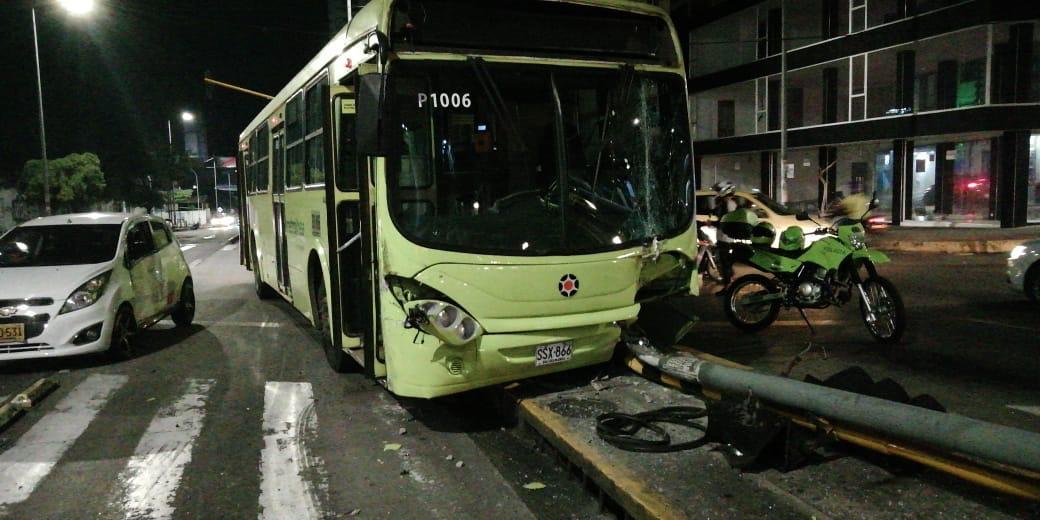 Metrolínea tumbó semáforo por evitar una catástrofe | EL FRENTE