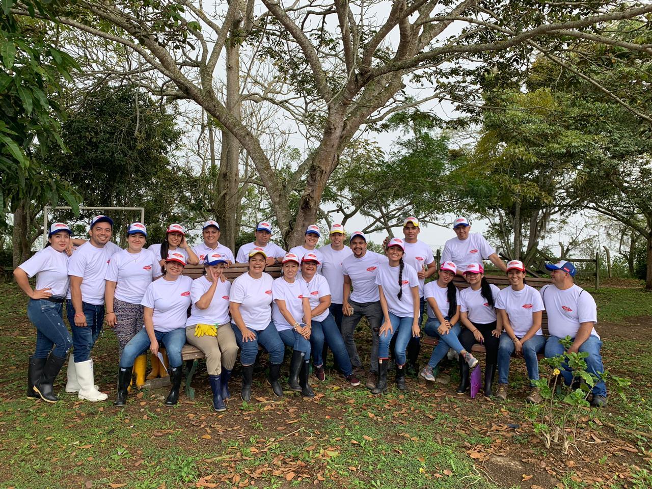 Freskaleche con voluntarios en la Finca Minarete. Jornada con productores ganaderos de Santander    Local   Economía   EL FRENTE