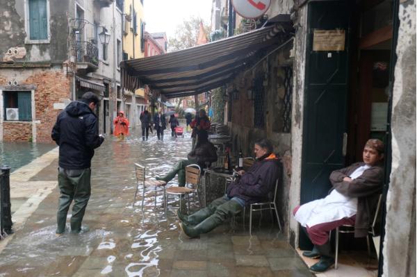 Venecia bajo el agua. Al menos dos muertos por marea alta   Noticias   Mundo   EL FRENTE