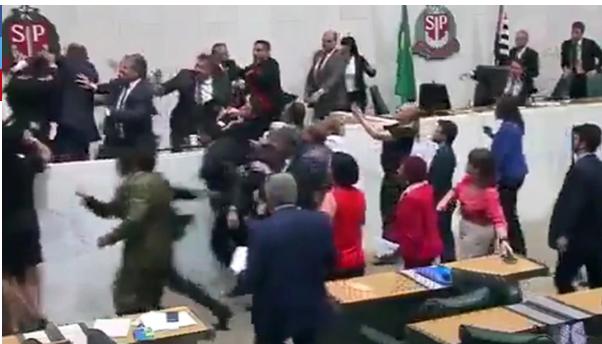 Diputados se fueron a los puños en Asamblea Legislativa de San Pablo | foto | EL FRENTE