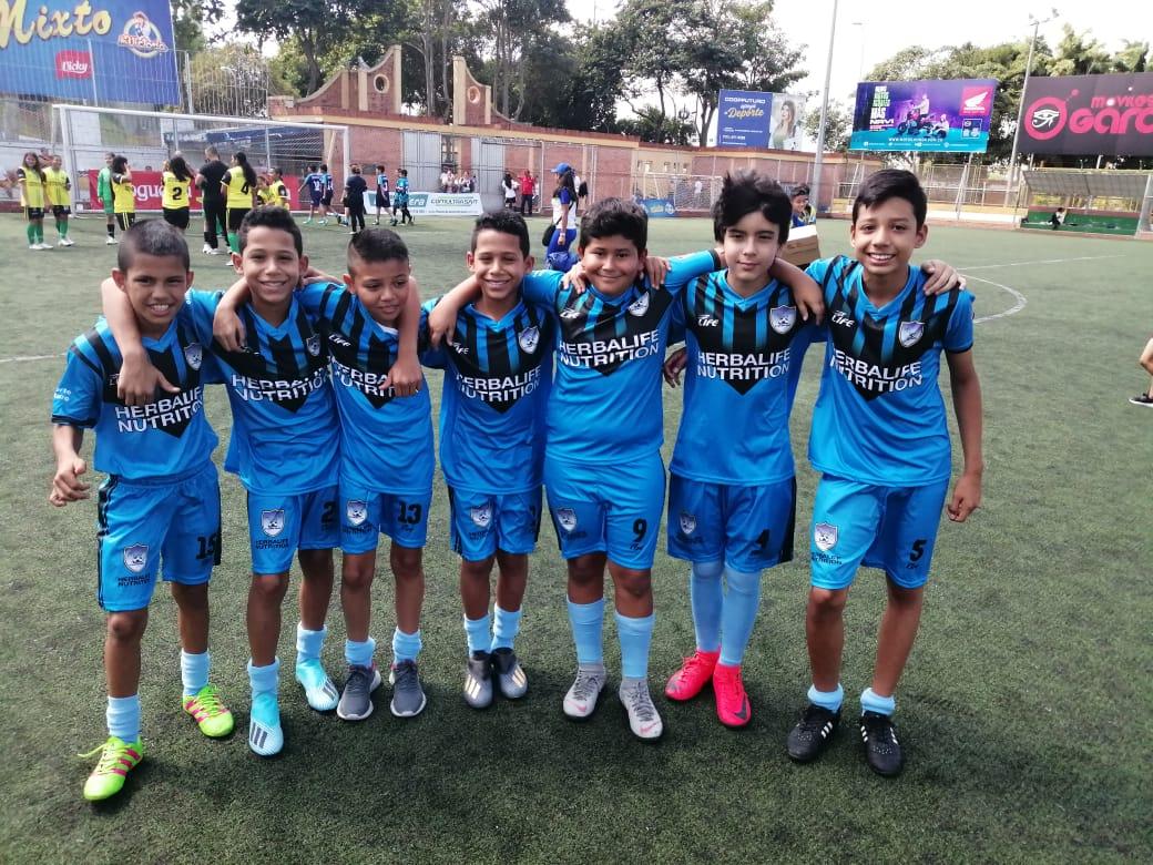 Entrega de uniformes para niños deportistas de Santander | Local | Deportes | EL FRENTE