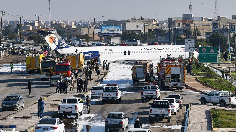 Avión aterrizó en mitad de una autopista en Irán  | Mundo | EL FRENTE